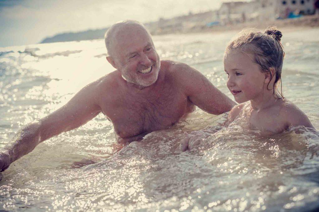 playa para los adultos mayores familia